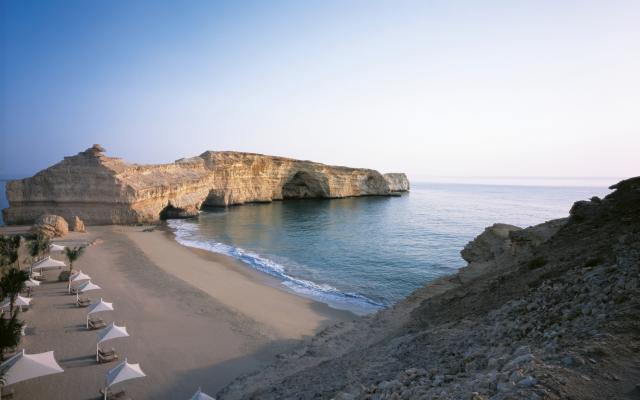 Erholsam ruhiger Strand in der Nähe von Muscat