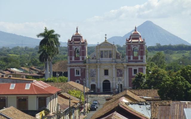 Kirche El Calvario, León, vor dem Vulkan Cerro Negro