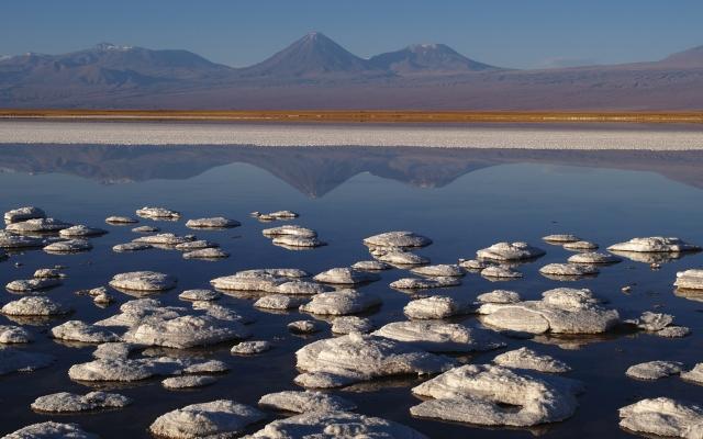 Salar de Atacama mit dem Vulkan Licancabur