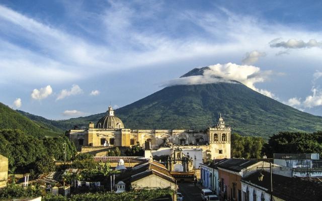 Blick auf Antigua Guatemala mit Vulkan Agua