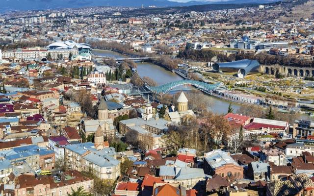 Blick auf Tiflis mit dem Fluss Kura