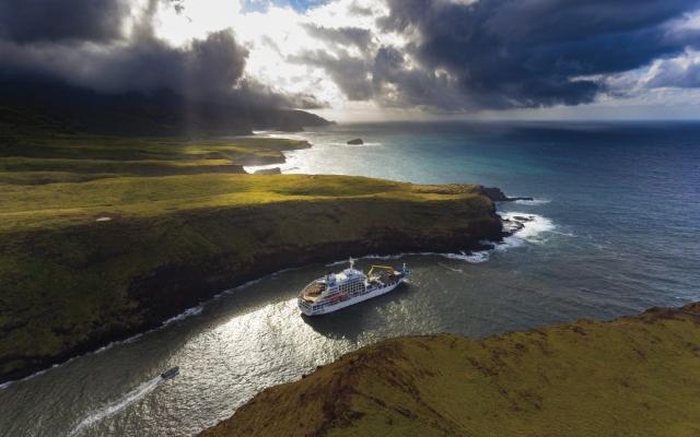 Die ARANUI in der Hafenenge von Ua Huka