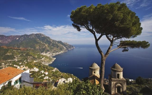 Blick auf die Amalfi-Küste von den Rufolo Gärten in Ravello