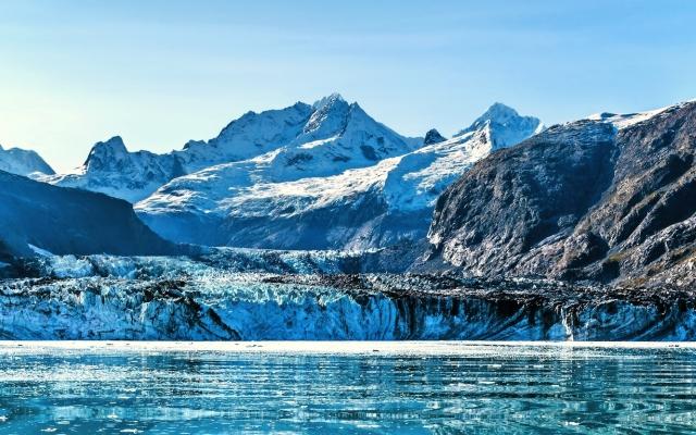 Panoramablick in der Glacier-Bucht vom Kreuzschiff, das in Richtung zum Johns Hopkins-Gletscher im Sommer in Alaska, USA kreuzt. Banner Panorama Ernte.